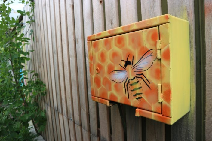 Had a laugh about this buzzing fusebox. Spraypainted it into a beehive.